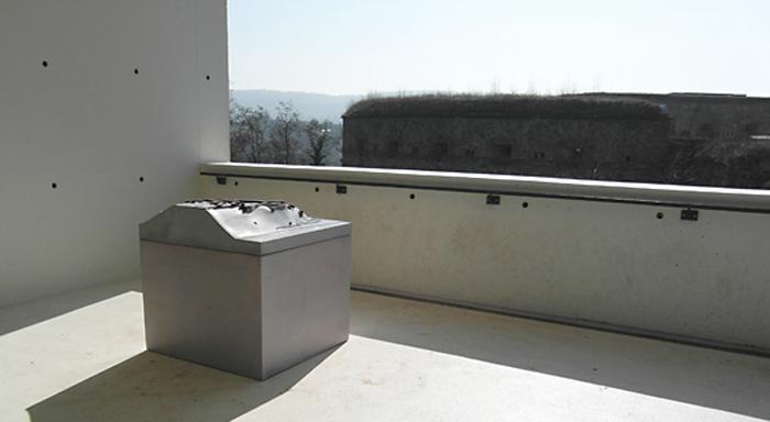 Orientierungsstein aus Beton von betonWare - Bronzemodell von Ars Liturgica