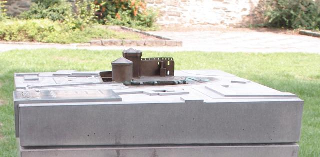 Burg Andernach Bronzeminiatur auf Umgebungsmodell in Beton